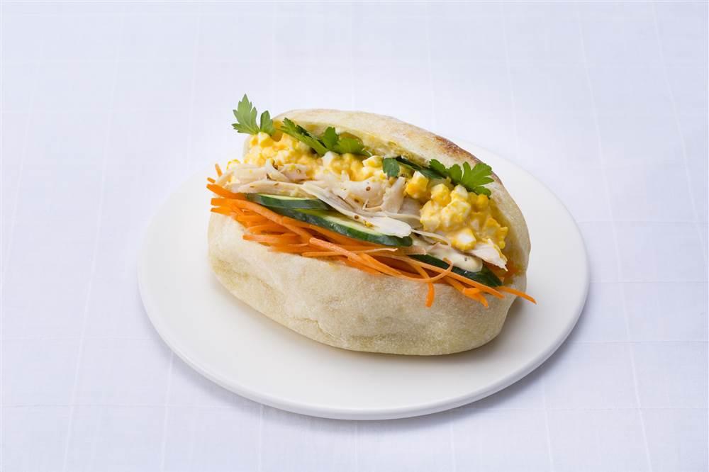 写真:たまごとチキンとにんじんのサラダサンド