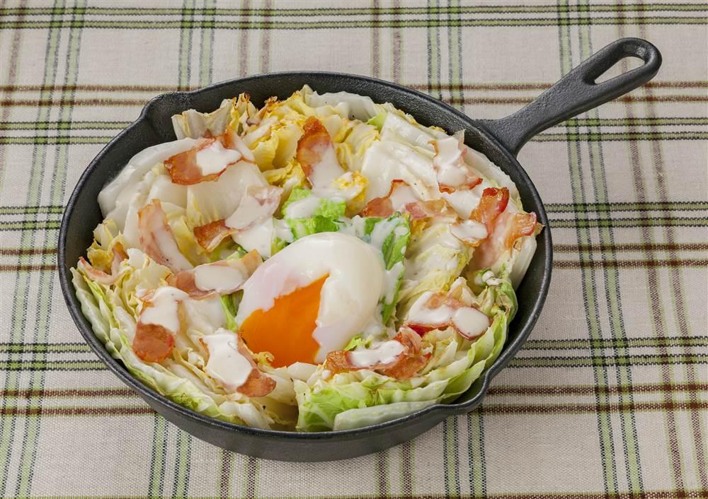 写真:白菜とベーコンの焼きシーザーサラダ