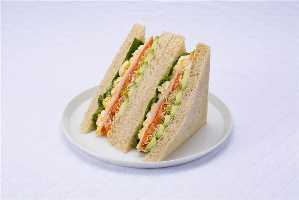 写真:たまごとアボカドとハムのサラダサンドイッチ
