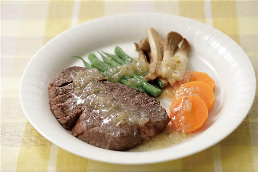写真:彩り野菜とビーフステーキ たっぷりねぎ塩レモンがけ
