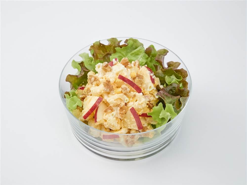 写真:たまごとマカロニとりんごのサラダ