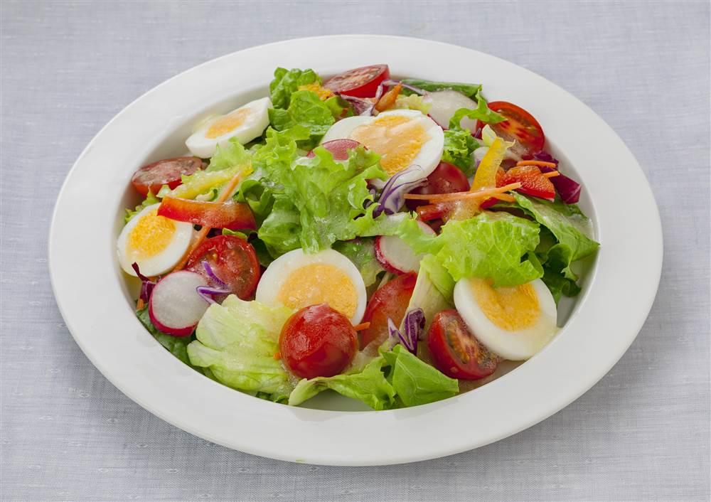 写真:ゆで卵とレタスやパプリカのサラダ