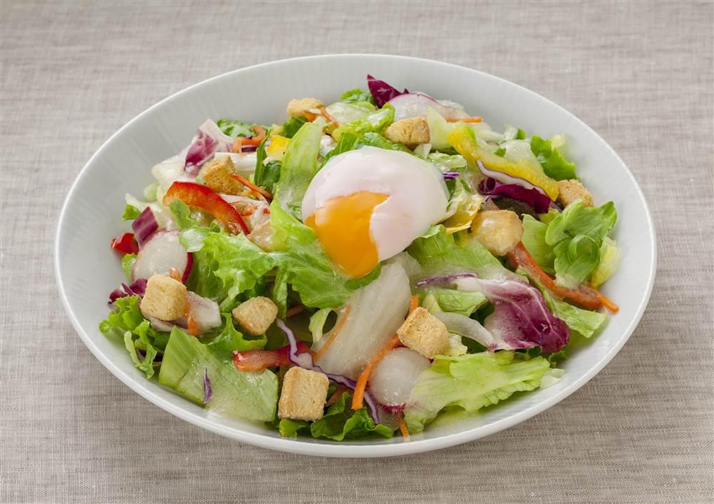 写真:半熟たまごとレタスやパプリカのサラダ