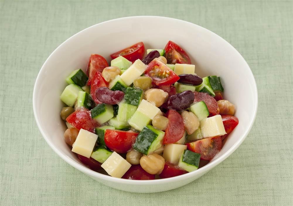 写真:お豆ときゅうりのチョップドサラダ