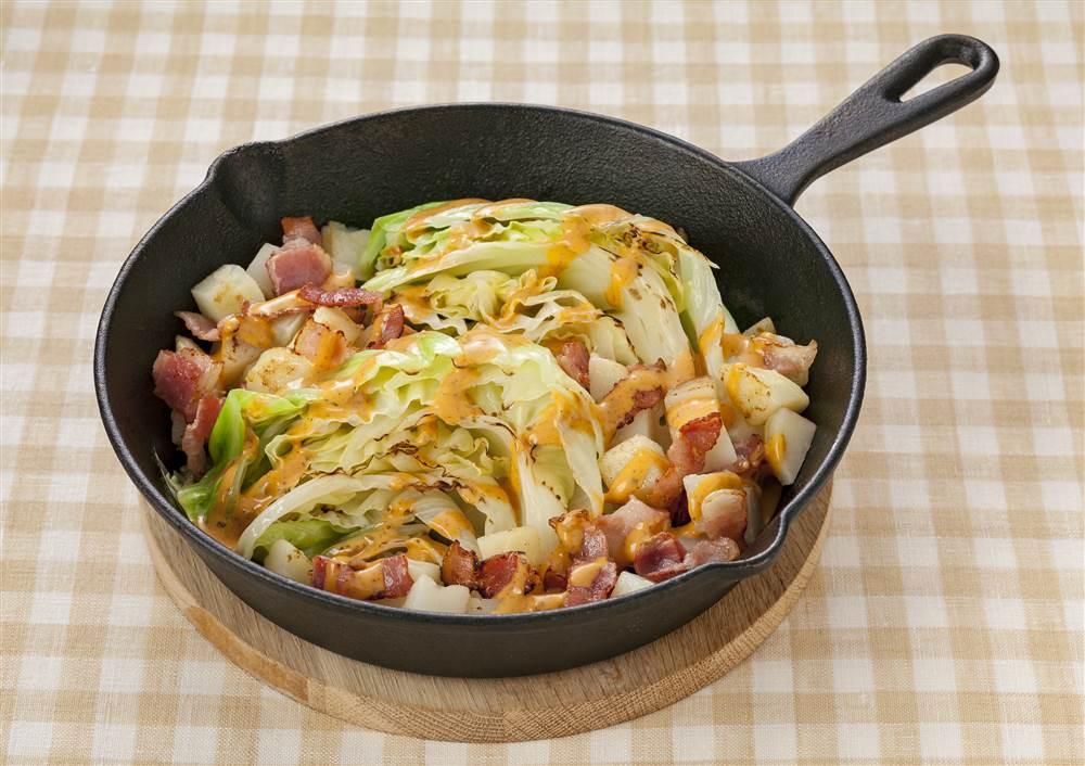 写真:キャベツとベーコンの焼きコブサラダ