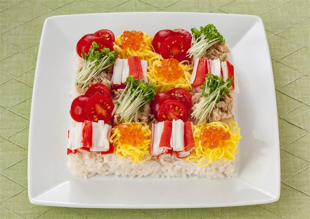 写真:かにかまと錦糸たまごのモザイクサラダ寿司