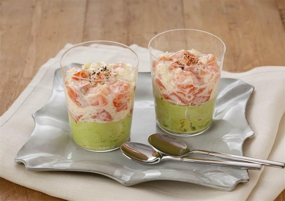 写真:サーモンとアボカドのグラスサラダ