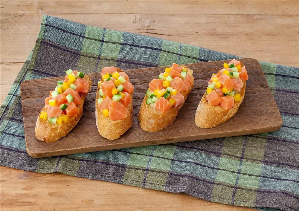 写真:サーモンと彩り野菜のカナッペ