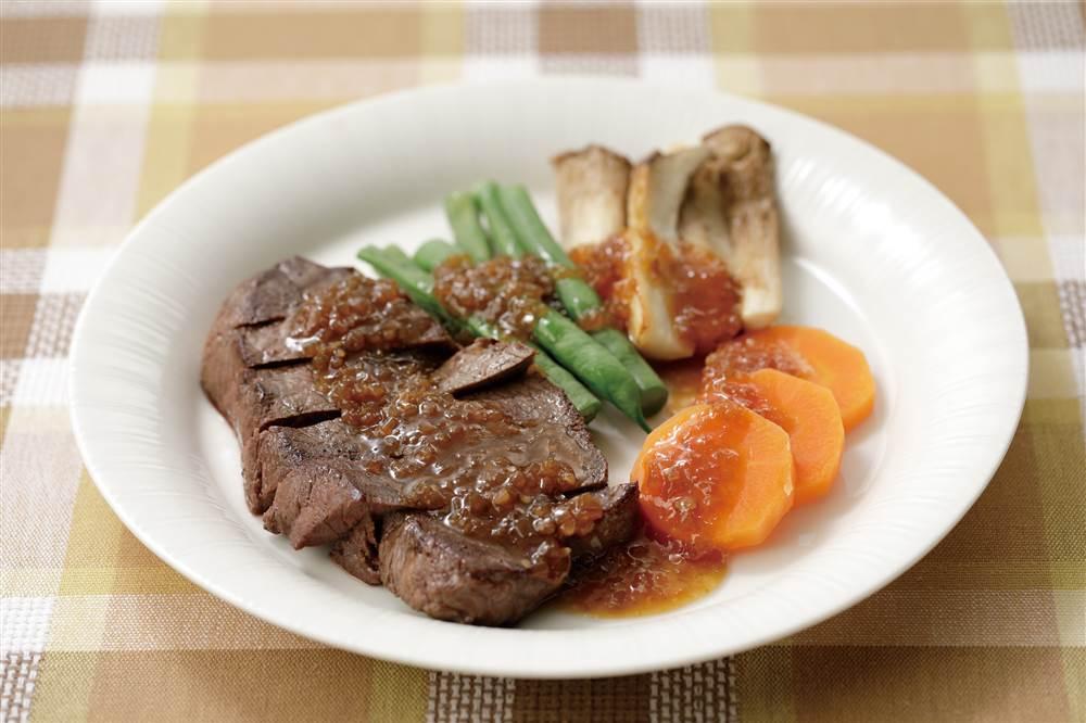 写真:彩り野菜とビーフステーキ たっぷり和風たまねぎがけ