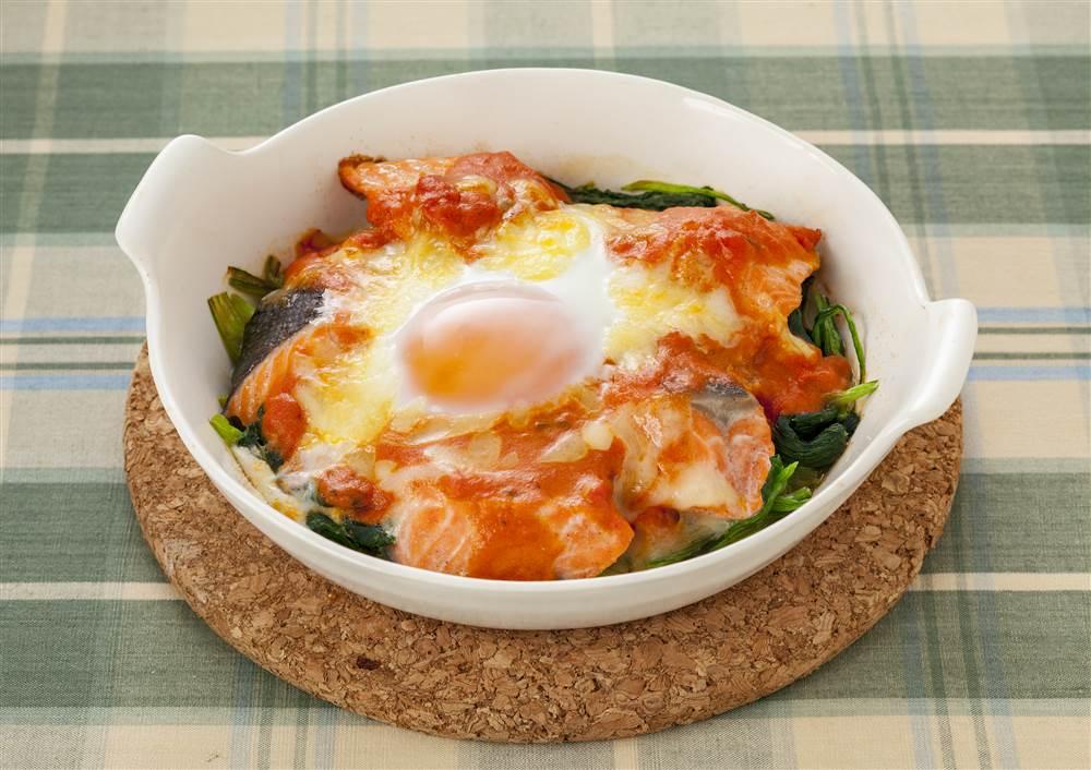 写真:鮭とほうれん草のトマトチーズ焼き