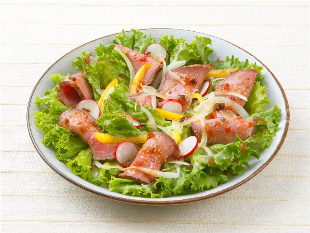 写真:ローストビーフと彩り野菜のサラダ