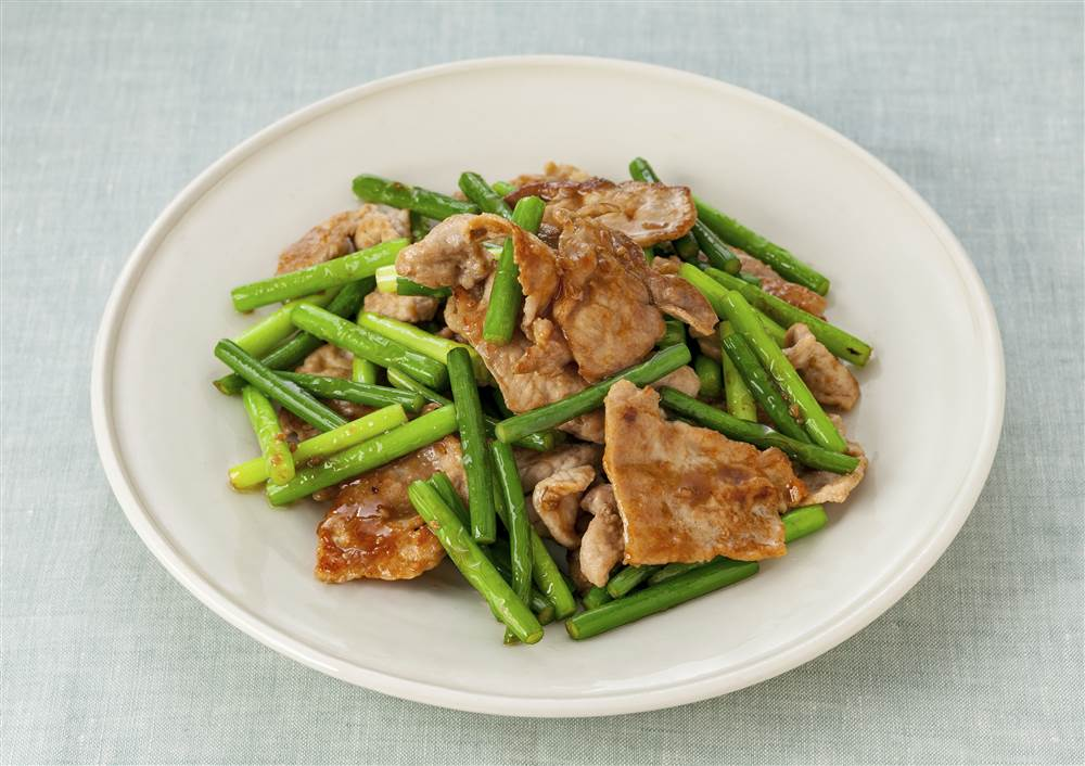 写真:豚肉とにんにくの芽のドレッシング炒め