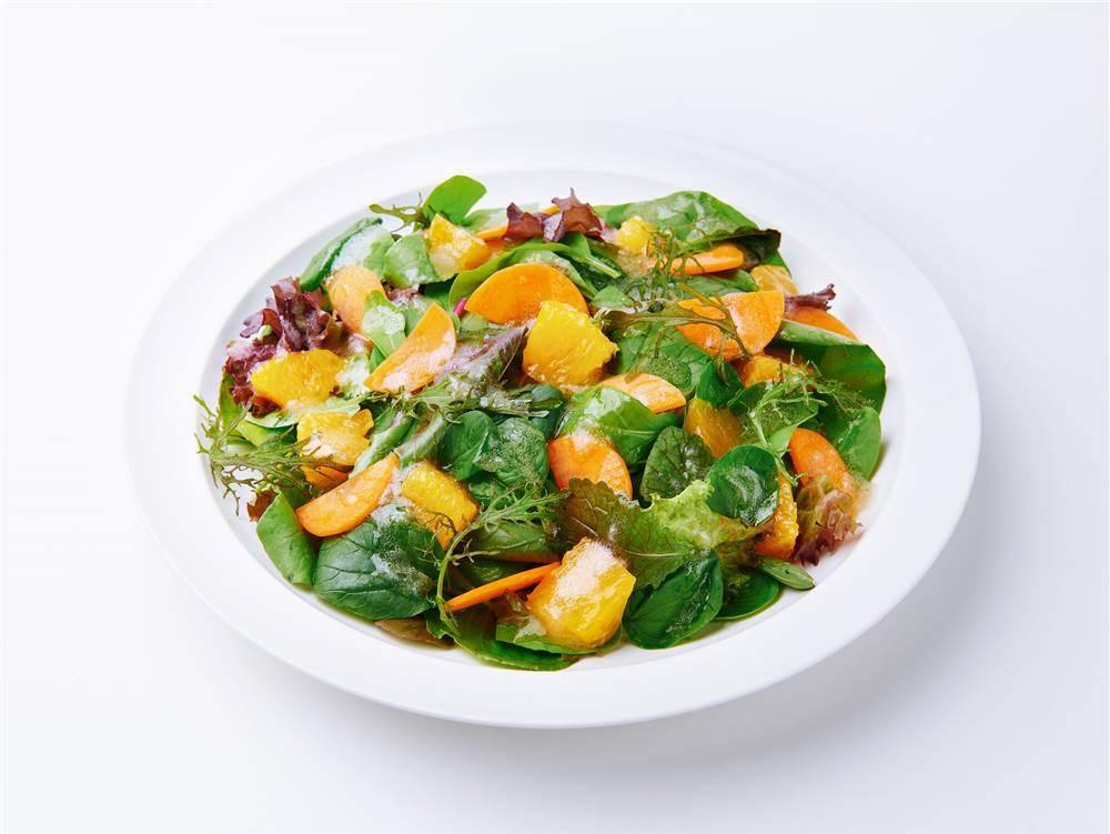 写真:ベビーリーフとオレンジのサラダ