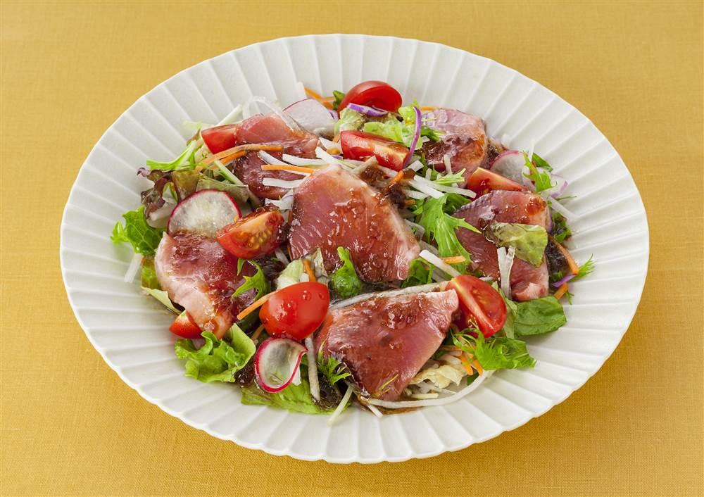 写真:かつおと水菜や大根のサラダ
