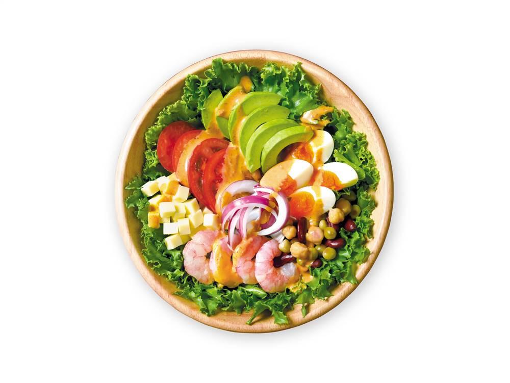 写真:えびとアボカドとゆで卵のコブサラダ