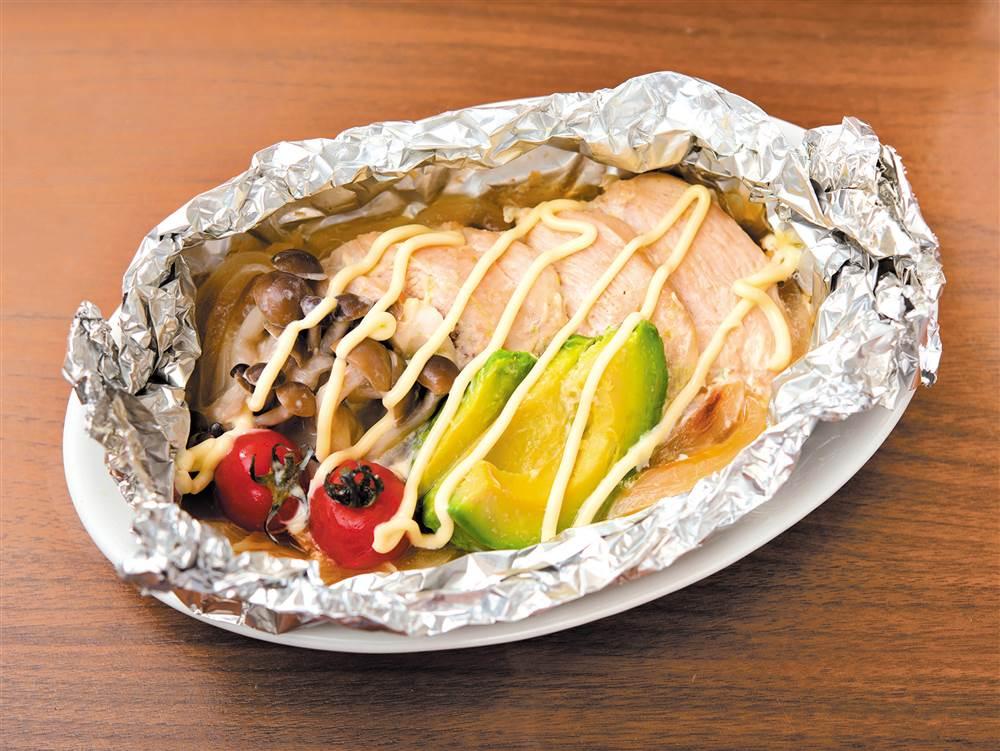 写真:鶏むね肉とぶなしめじのマヨホイル焼き