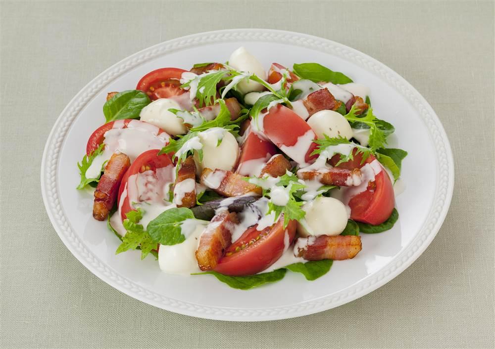 写真:フルーツトマトとモッツァレラチーズのサラダ
