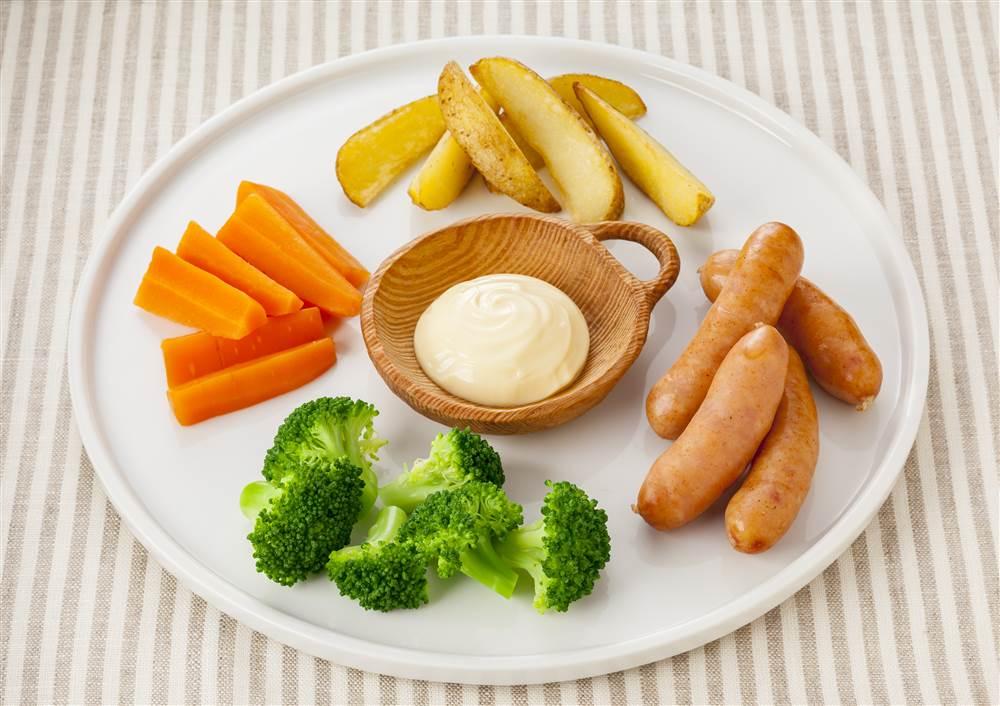 写真:彩り野菜とソーセージのからしマヨディップ