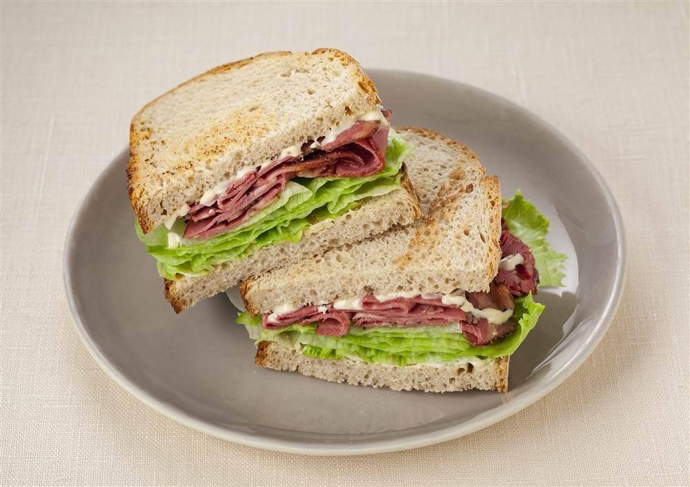 写真:パストラミビーフのサンドイッチ