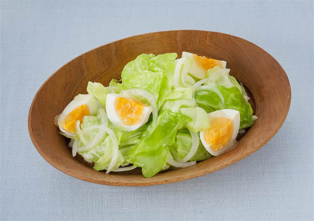 写真:ちぎりキャベツとゆで卵のコールスロー