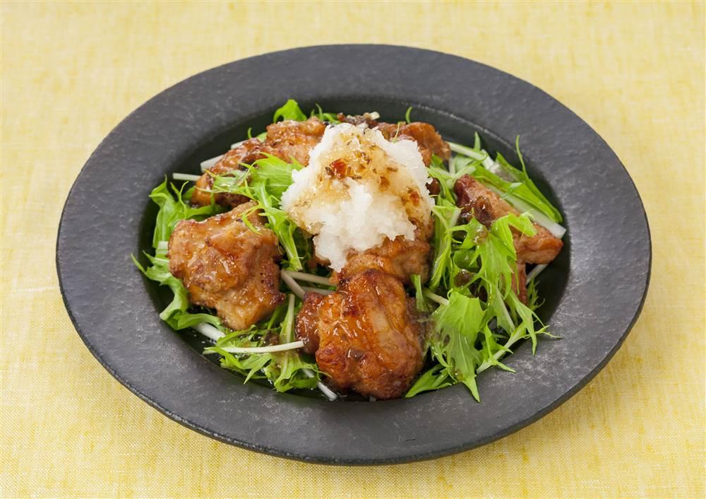 写真:鶏のから揚げと水菜の和風サラダ