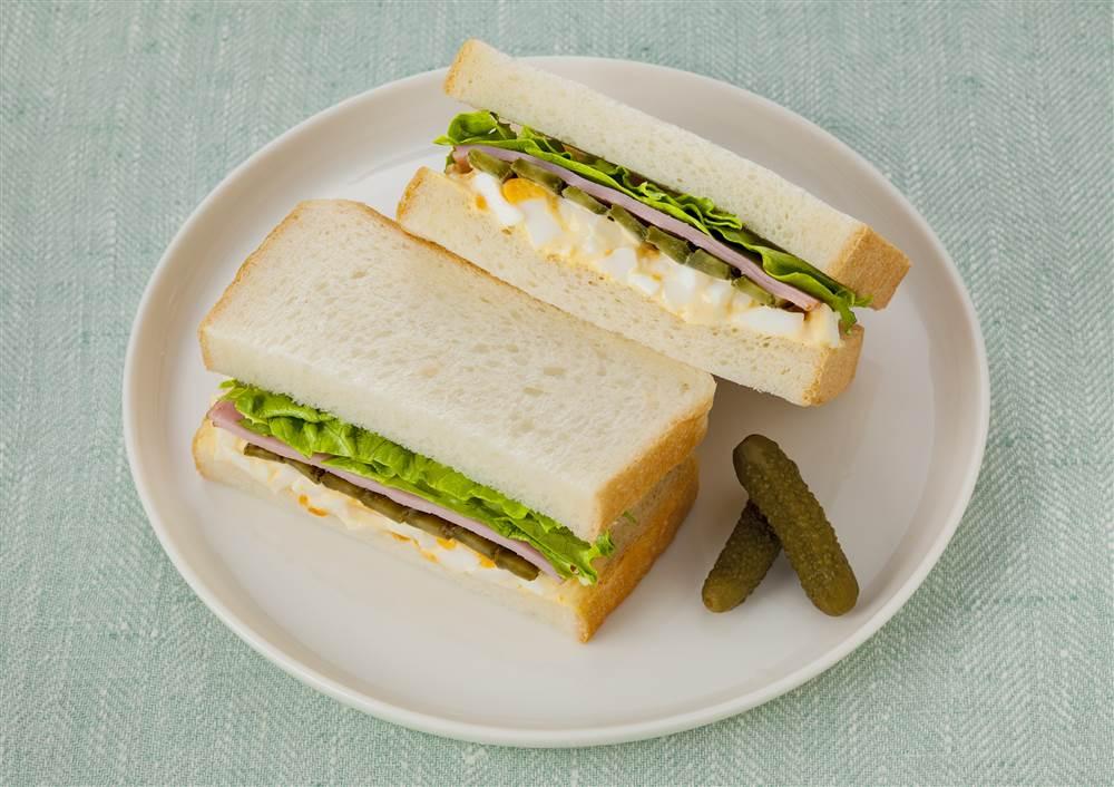 写真:たまごとハムとピクルスのサンドイッチ