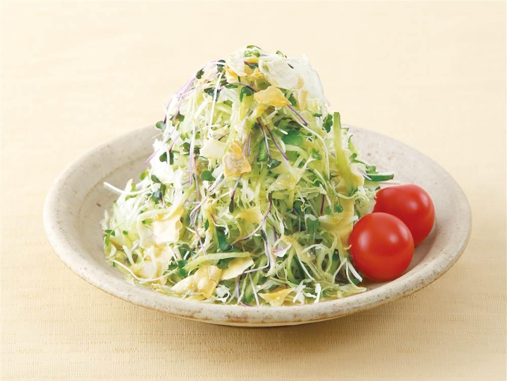 写真:せん切りキャベツときゅうりのパリパリサラダ