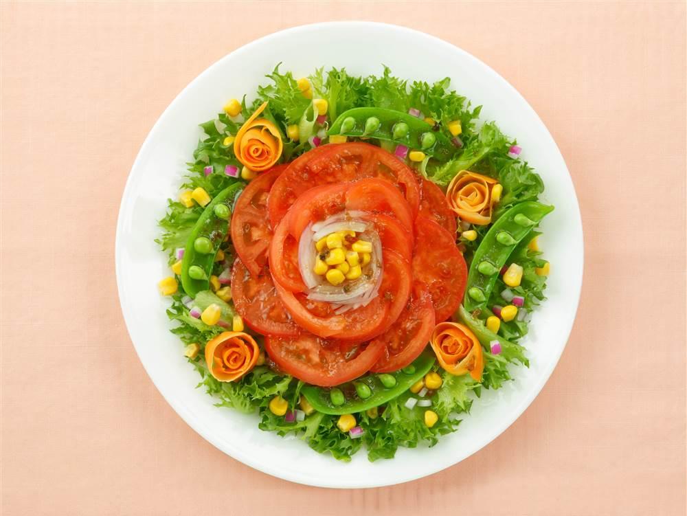 写真:トマトのフラワーサラダ