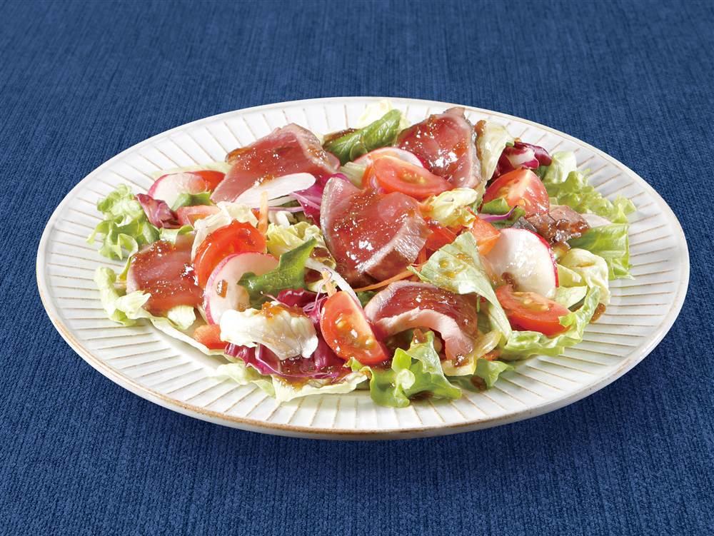 写真:かつおのたたきと水菜や大根のサラダ