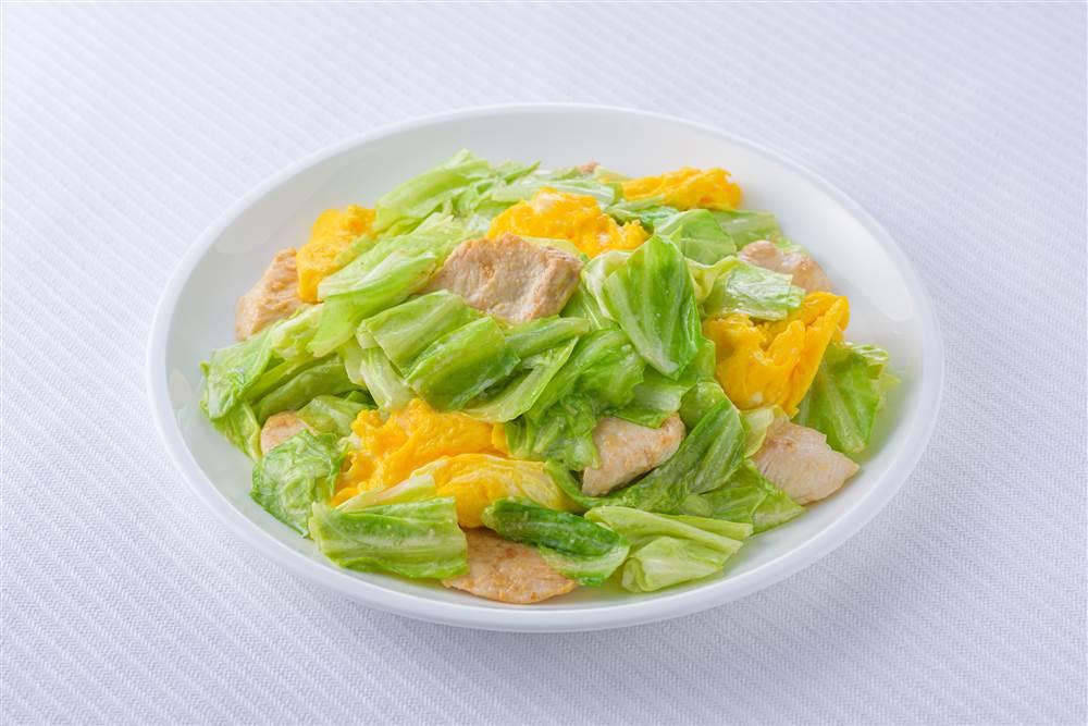 写真:キャベツと卵と鶏むね肉のみそマヨソテー