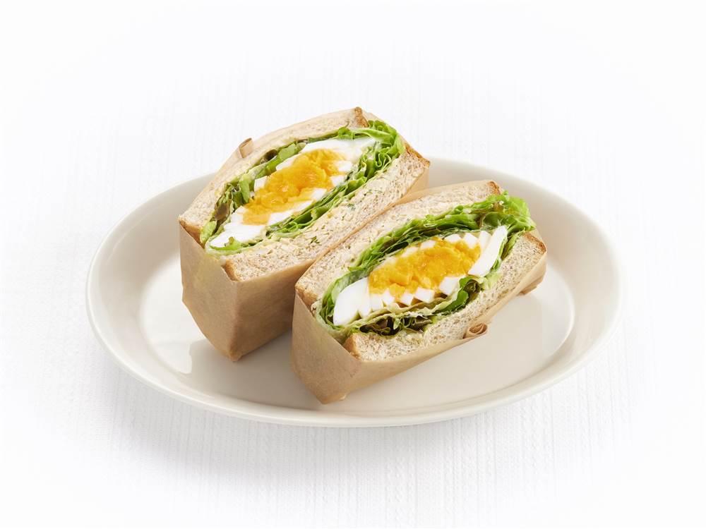 写真:レタスとゆで卵とハーブチキンのサラダサンド
