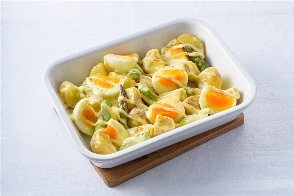 写真:新じゃがいもとゆで卵のガーリックマヨ焼き