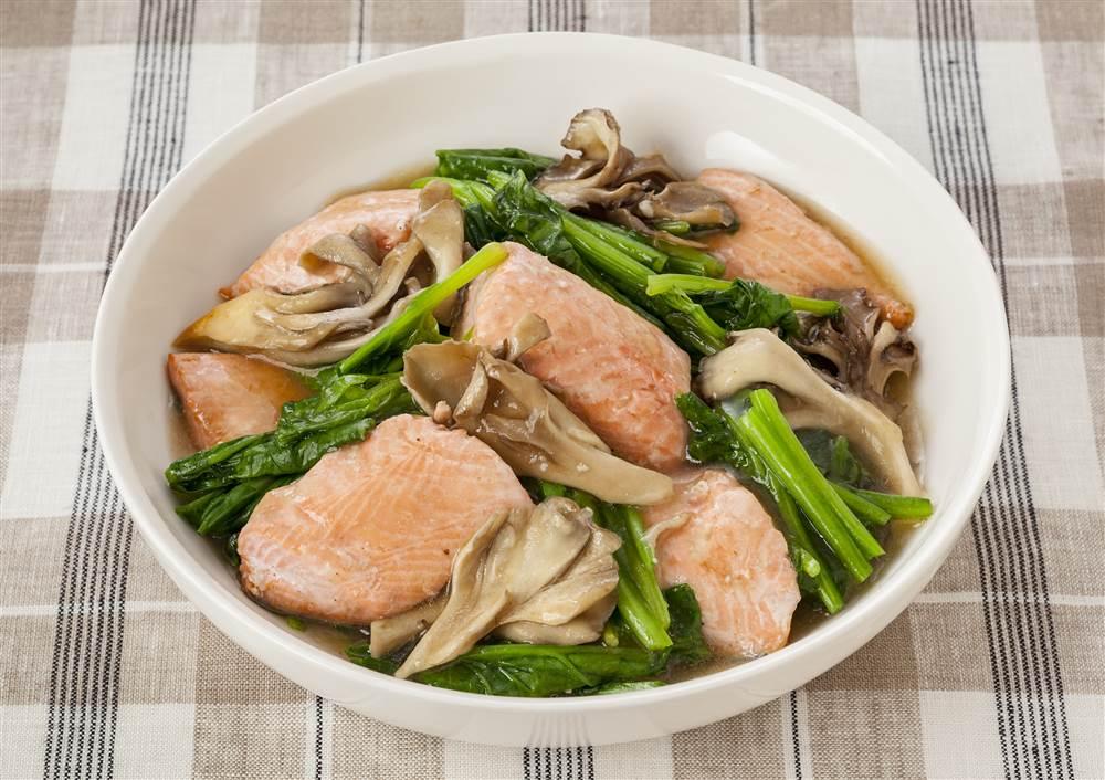 写真:鮭とほうれん草の蒸し煮