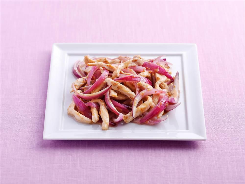 写真:鶏むね肉と紫玉ねぎの深ごま炒め