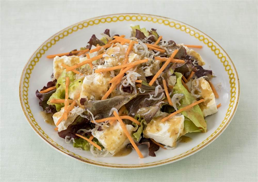 写真:ちぎり豆腐とサニーレタスのサラダ