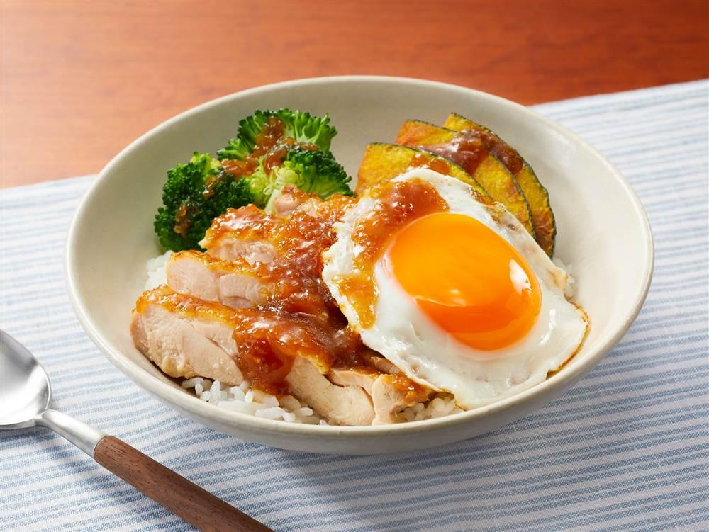 写真:和風たまねぎドレッシングで!チキンと温野菜のロコモコ風