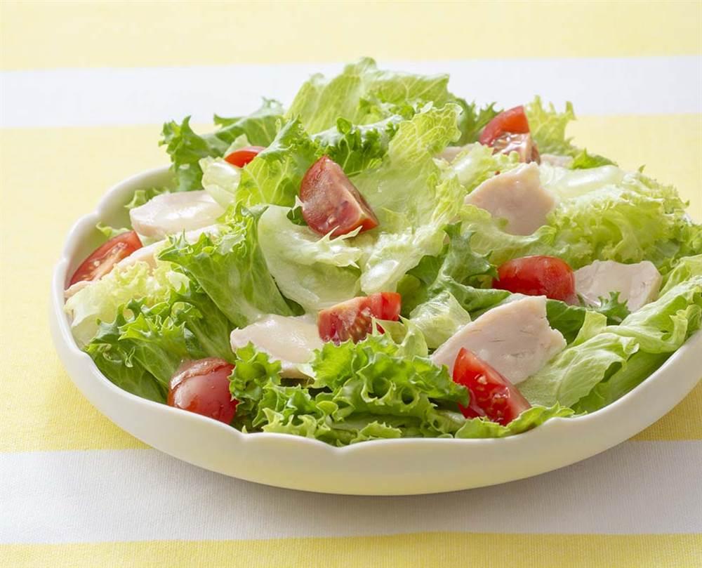 写真:2種のレタスとチキンのサラダ