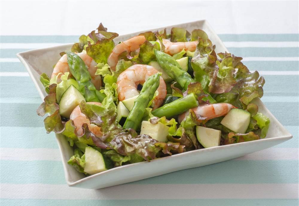 写真:アスパラガスとサニーレタスのシーフードサラダ