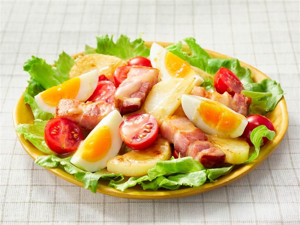 写真:じゃがいもとベーコンのサラダ