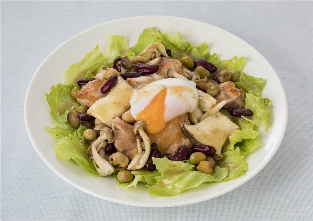 写真:鶏肉ときのことミックスビーンズのサラダ