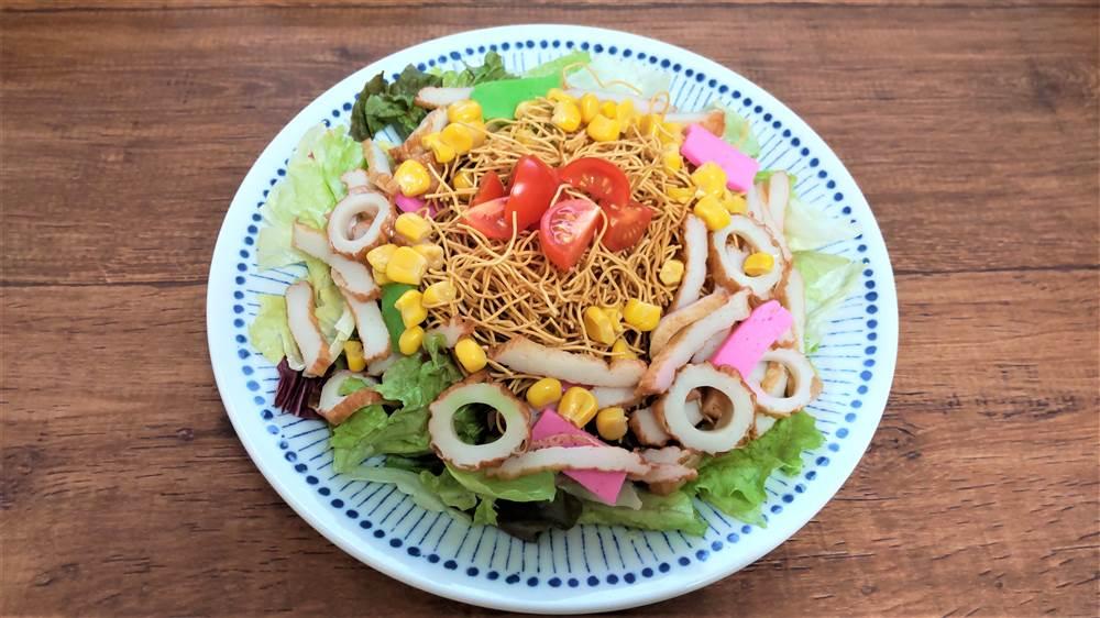 写真:えびとコーンのパリパリ麺サラダ