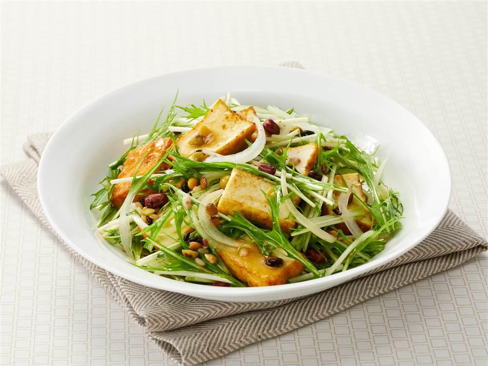 写真:厚揚げと豆と穀物のサラダ