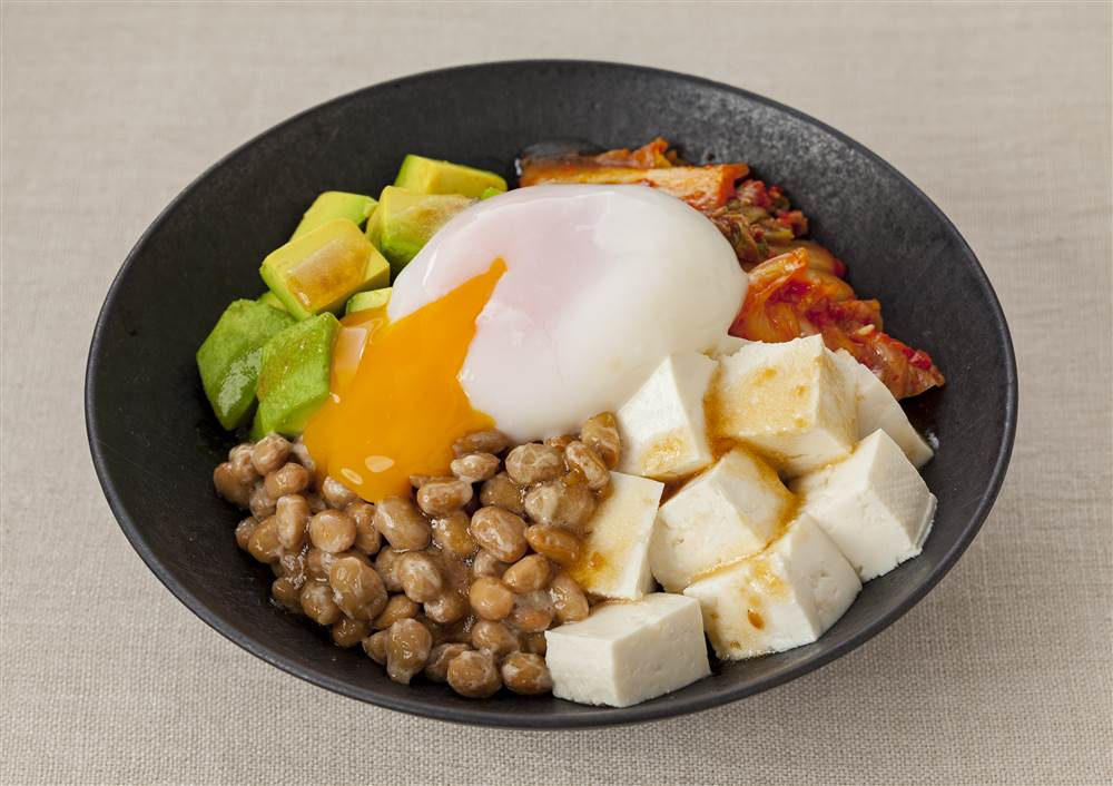 写真:とろ~り半熟たまごのアボカド納豆キムチ豆腐