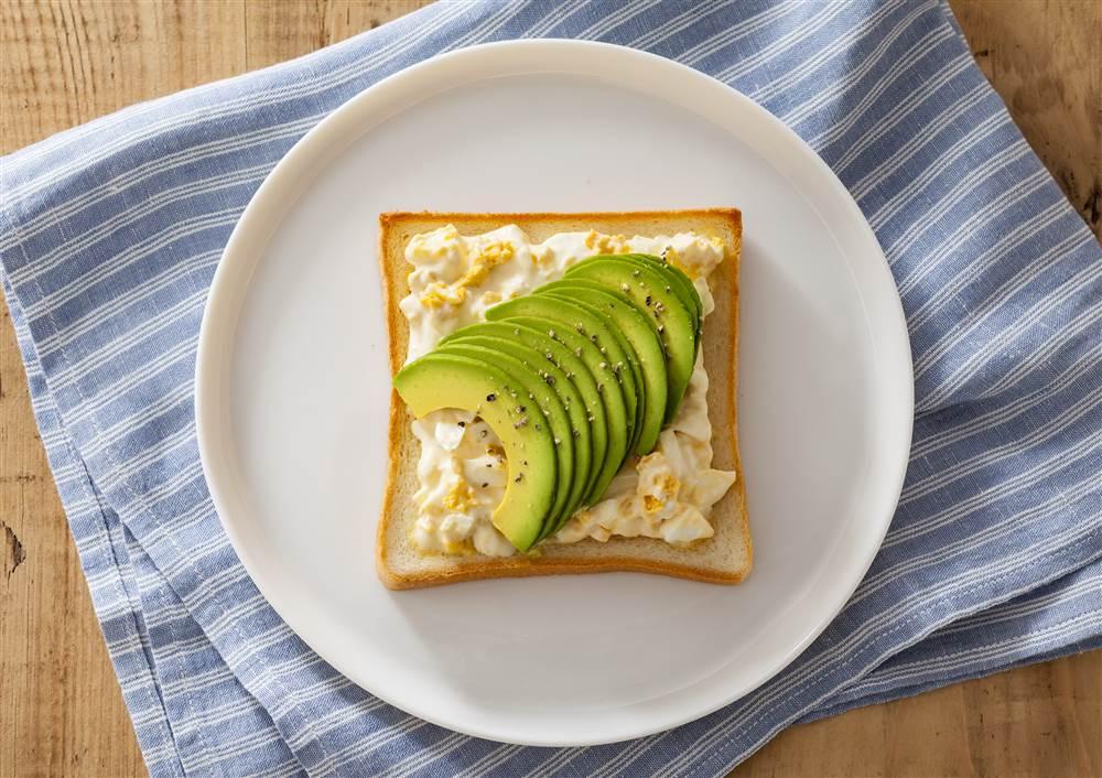 写真:たまごサラダとアボカドのトースト