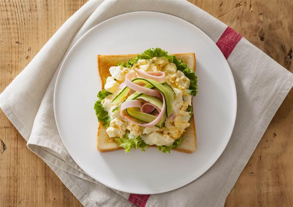 写真:たまごサラダとハムときゅうりのトースト