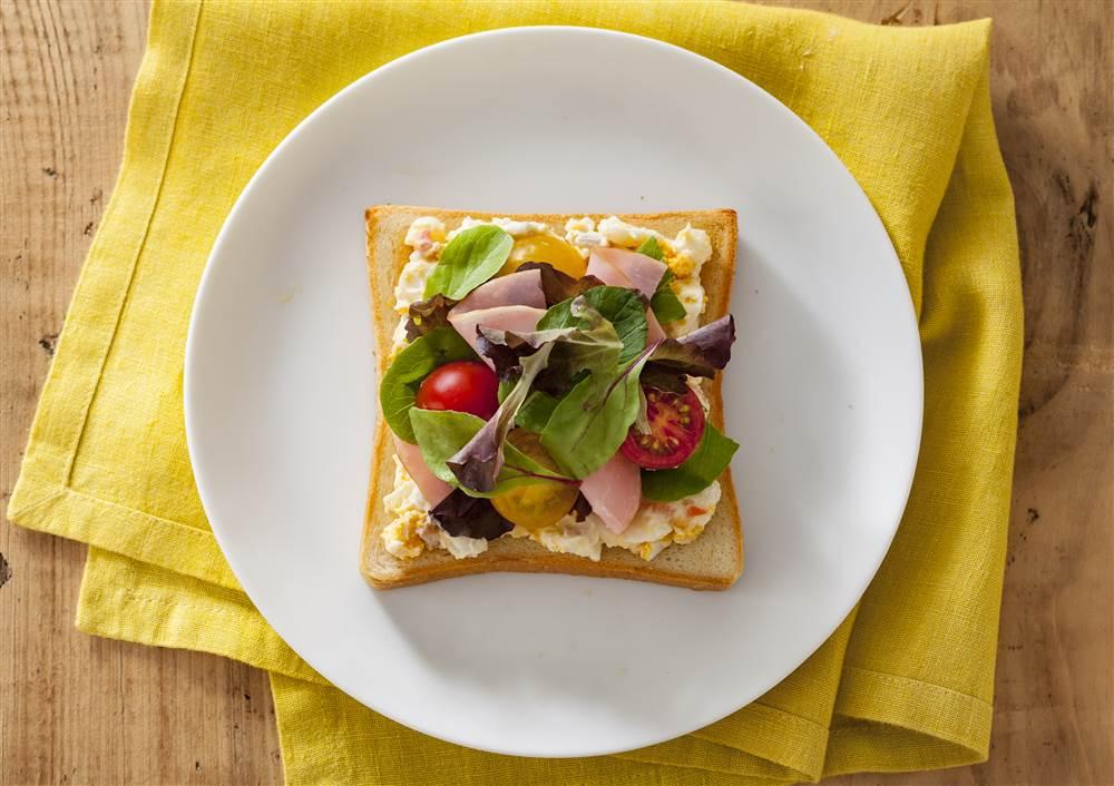 写真:たまごとポテトサラダとベビーリーフのトースト