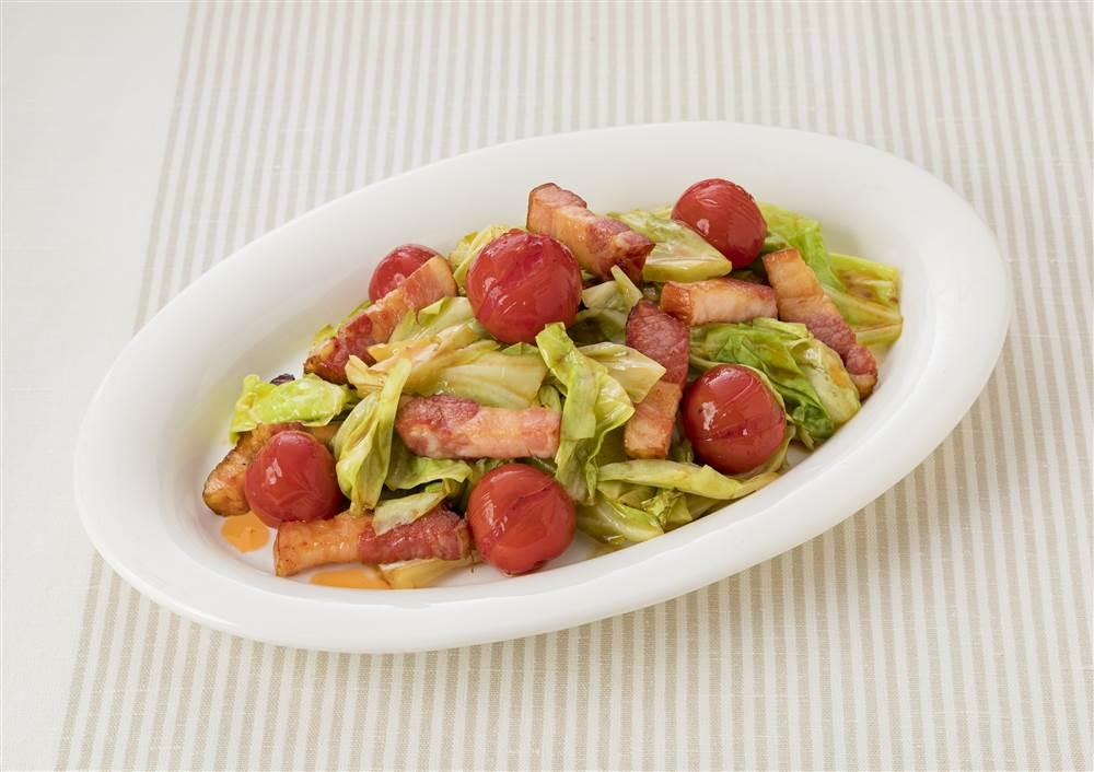 写真:ベーコンとキャベツのガーリック&トマト炒め