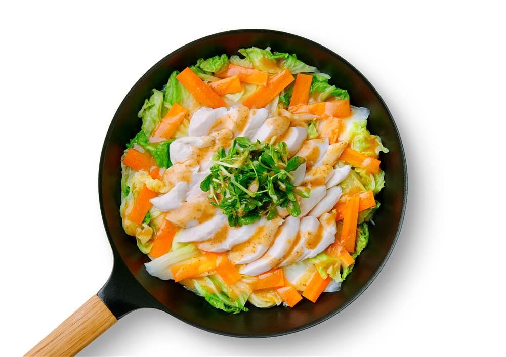 写真:白菜とにんじんと鶏ささみのフライパン蒸し