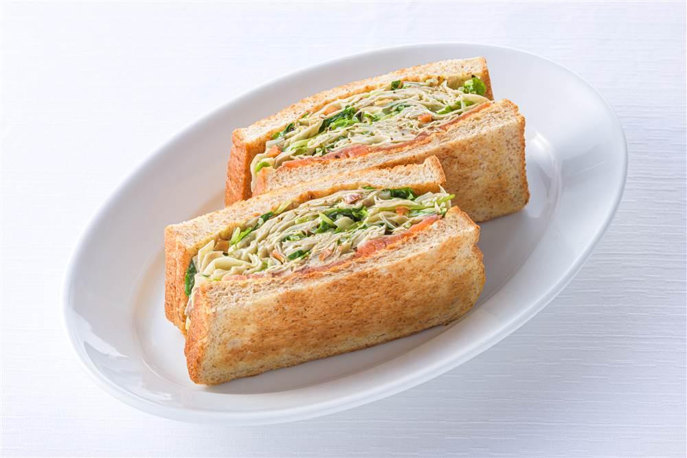 写真:ごぼうと豆苗とサーモンのサラダサンド