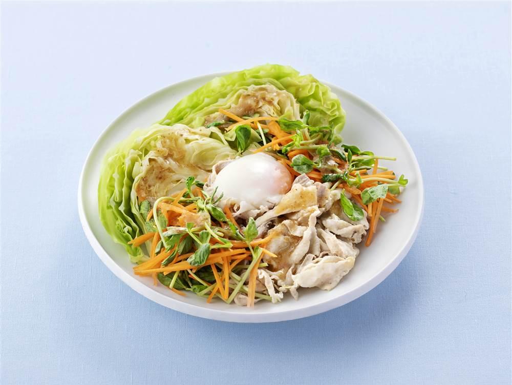 写真:まるごとキャベツと豚しゃぶと半熟たまごのサラダ